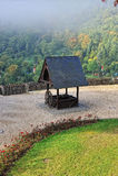 En bois bien dans la cour du château de Cochem Photos libres de droits