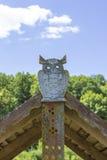 en bois blanc de hibou d'objet d'isolement par fond Photo stock