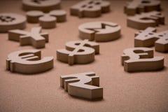 En bois chante ou des symboles des devises du monde dans l'image de groupe photos libres de droits