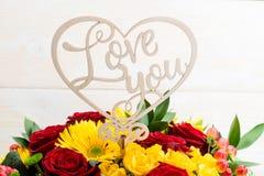 En bois connectez-vous le bouquet de l'amour de mot vous Photos stock