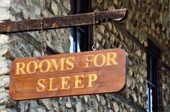 En bois connectez-vous le mur d'un motel Image stock