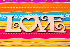 ` En bois d'amour de ` de plaque sur le fond multicolore lumineux Images stock