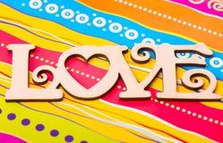 ` En bois d'amour de ` de plaque sur le fond multicolore lumineux Image stock