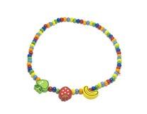 En bois fait main coloré peint autour du collier de perles a isolé o image libre de droits