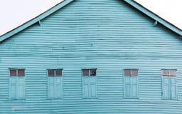 En bois le bleu lumineux peint vieille par maison Photos stock