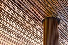 En bois moderne avec le grands pilier et plafond Photographie stock libre de droits