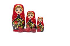 ` En bois s Matreshka Babushka de poupée avec des framboises photo libre de droits
