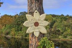 En bois signez dedans la forme de fleur avec l'inscription images libres de droits