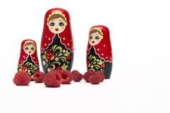 ` En bois traditionnel s Matreshka Babushka de poupée avec des framboises photos libres de droits