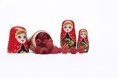 ` En bois traditionnel s Matreshka Babushka de poupée avec des framboises photo libre de droits
