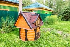 En bois village puits d'eau à la campagne Photos libres de droits