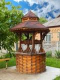 En bois village puits d'eau à la campagne dans le jour d'été photos stock