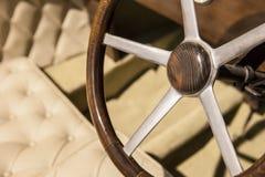 En bois volant dedans une voiture classique Photo stock