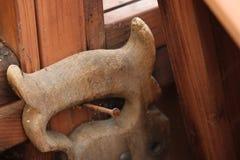 En bois a vu la poignée sur le clou Images stock