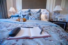 En bok i ett blått sovrum i en herrgård fotografering för bildbyråer