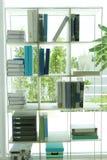En bokhylla Arkivbild