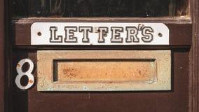 En bokstavsask med en ` för tecken`-bokstäver, royaltyfri bild
