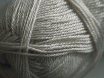 En boll av grå ull close upp Selektivt fokusera arkivbild