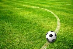 En boll på fotbollfält Arkivfoto