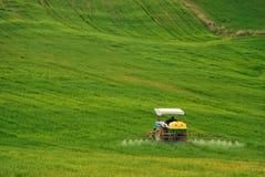 En bonde arbetar på hans lantgård royaltyfri foto