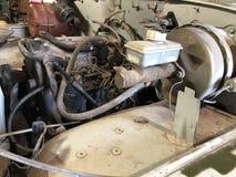 En bondes jeep i ett kastat garage arkivfoto