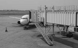 En borgerlig flygplananslutning på flygplatsen i Can Tho, Vietnam Royaltyfri Bild