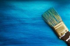 En borste på en blå nacreous färg målade bakgrund Royaltyfria Bilder