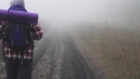 En borttappad fotvandrare i dimman lager videofilmer