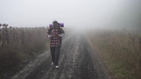 En borttappad fotvandrare i dimman arkivfilmer