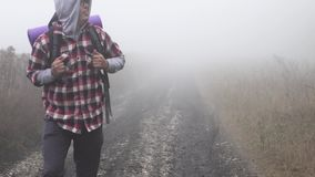 En borttappad fotvandrare i dimman stock video