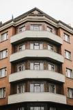 En bostads- byggnad i Prague i Tjeckien europeiskt traditionellt för arkitektur royaltyfria bilder