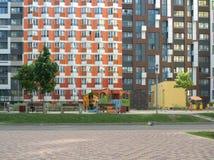 En bostads- byggnad som lokaliseras i ett nytt bostadsområde Arkivfoto