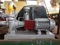 En bränslepump för hög volym på en gammal tankfartyg i de lovart- öarna. arkivfoto