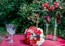 En bröllopbukett av röda och vita rosor och rött fotografering för bildbyråer