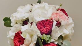 En bröllopbukett av vanlig hortensia- som pion-formades steg, nejlika- och eukalyptusgräsplaner Bukett i rotation stock video