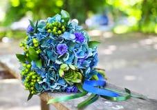 En bröllopbukett med vanliga hortensian i blåa och gröna färger Royaltyfria Bilder