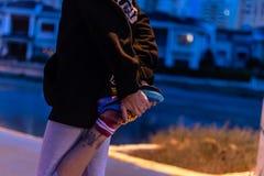 En bra formad tunn flicka som värmer upp för att jogga arkivfoto