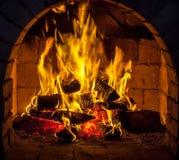 En brand bränner i en spis Arkivfoto