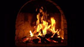En brand bränner i en spis, brand för att hålla varmt stock video