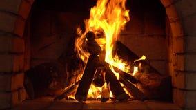En brand bränner i en spis, brand för att hålla varmt lager videofilmer