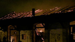 En brand i ett lager på natten arkivfilmer