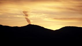 En brand i himlen på solnedgången Arkivbild