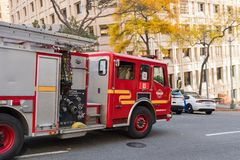 En brandlastbil passerar fastar mycket på en gata i Seattle, Washington, USA arkivbilder