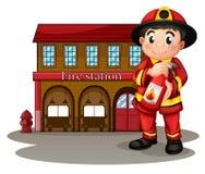 En brandman framme av en brandstation som rymmer en brandsläckare stock illustrationer