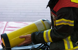 En brandman med syrecylindern Arkivfoton