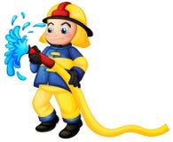 En brandman som rymmer en gul vattenslang Arkivfoton