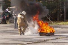 En brandmanvisning hur man använder en brandsläckare på ett utbildande f royaltyfri bild