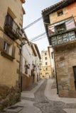En brant gata i Cirauqui, Spanien på vägen av St James, Camino de Santiago arkivfoton