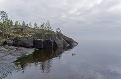 En brant granitudde i ogenomskinligheten Ladoga skerries, Karelia, Russ royaltyfri foto