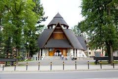 En brant slutta takbeläggning kyrkan arkivfoton
